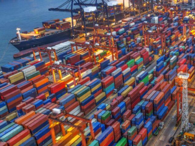 Las exportaciones españolas caen un 15,8% en el primer semestre